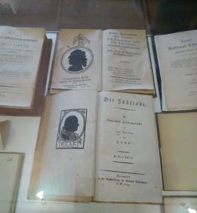 Ausstellungsvitrinen mit Werken von Tersteegen